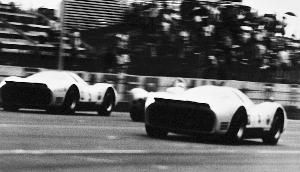 R380 レーシングカー サーキット