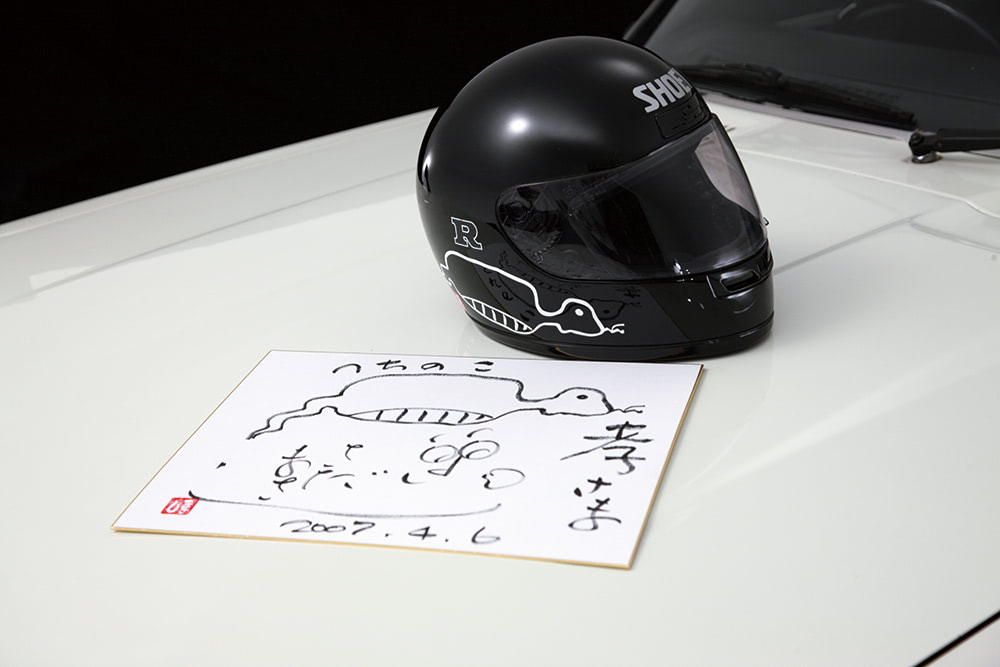 ヘルメットと色紙